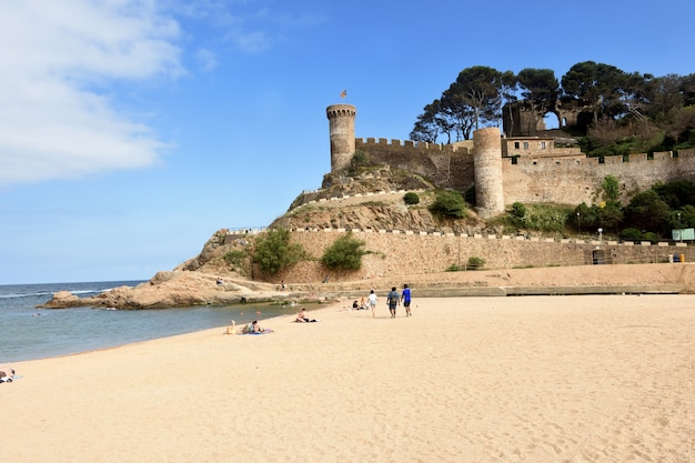 Strand und altstadt des dorfes tossa de mar girona provinz katalonien spanien