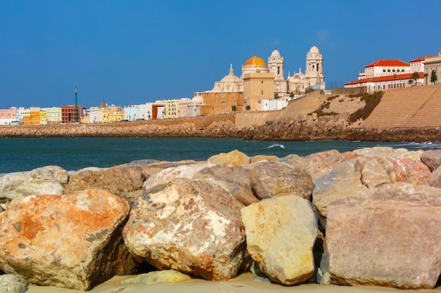 Strand und kathedrale in cadiz, andalusien, spanien