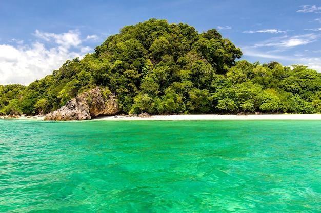 Strand und sand mit ozeanblau, himmel schön, koh lipe, thailand
