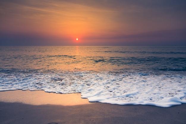 Strand und tropischer sonnenuntergang