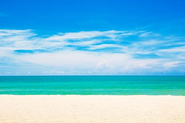 Strand und tropisches meer. reisestrand