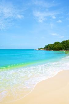 Strand und tropisches meer unter dem hellen blauen himmel am sommertag