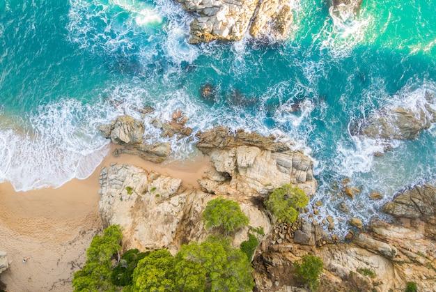 Strand voll von felsen und wellen in spanien