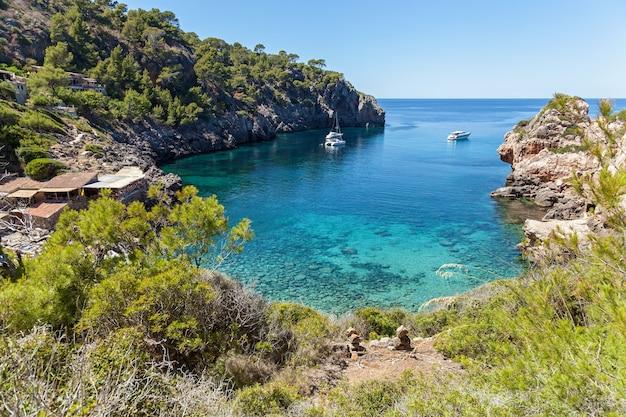 Strand von cap de formentor. schöne küste und strand von cala figuera, mallorca.