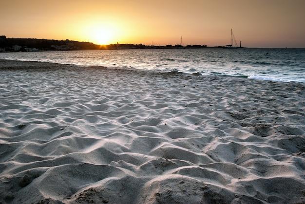 Strand von san vito lo capo bei sonnenuntergang, sizilien