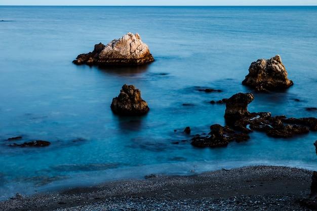 Strand von torre de la sal, casares, màlaga, spanien