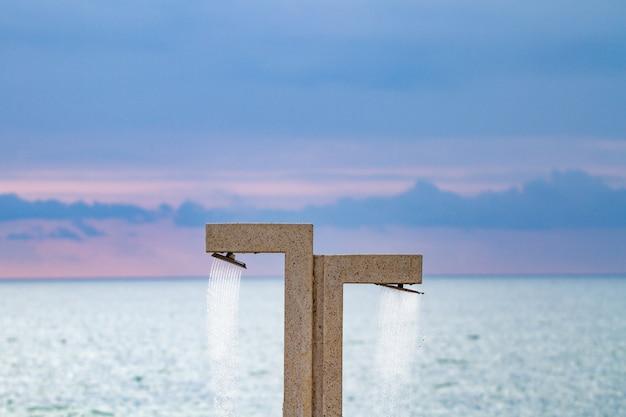 Stranddusche auf dem ufer gegen das meer und den blauen himmel in batumi