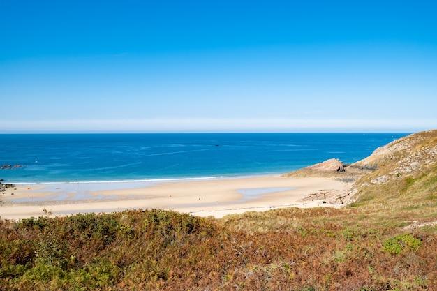 Strandgrube an der bretonischen küste in frankreich frehel cape region mit sand, felsen und moor im sommer