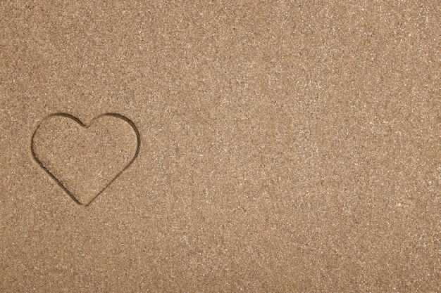 Strandhintergrund mit dem herzzeichnen