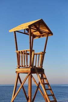 Strandholzhütte für küstenwache. aufregender himmel