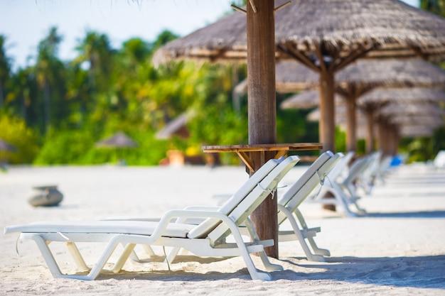 Strandholzstühle für ferien auf tropischem strand