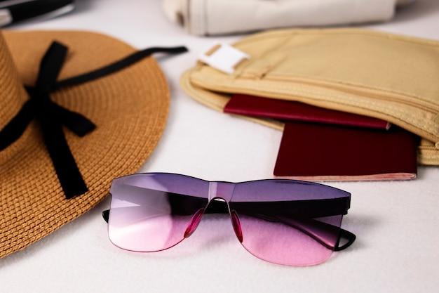 Strandhut sonnenbrille und zubehör gepäck reiseartikel koffer und hut vorbereitung für urlaub oder reise