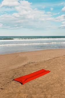 Strandkonzept mit roter luftmatratze
