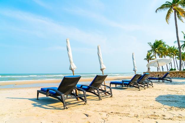 Strandkorb am strand mit meer und blauem himmel hintergrund