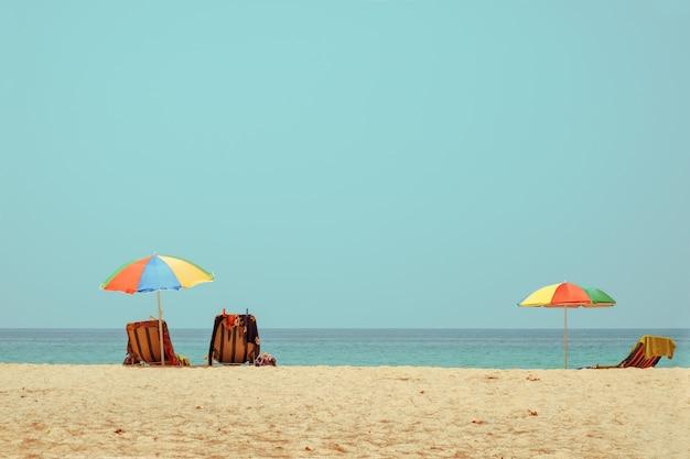 Strandkorb am tropischen strand mit ruhigem himmel. meerblick und sandstrand