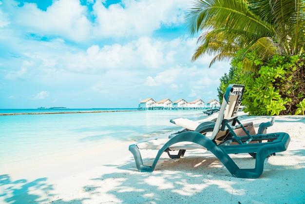 Strandkorb mit tropischer malediven resort hotelinsel und meer