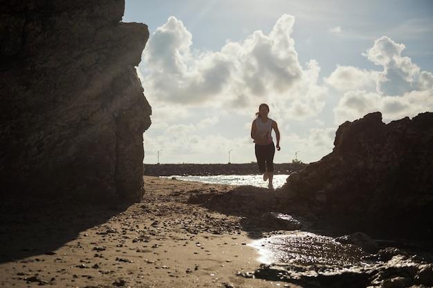 Strandlauf mit sozialem distanzierungskonzept
