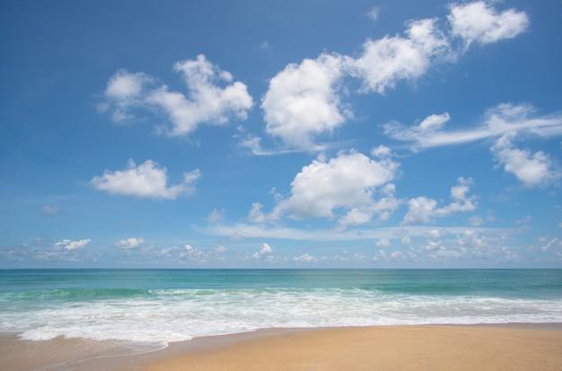 Strandmeer im sommerhimmel mit hintergrund
