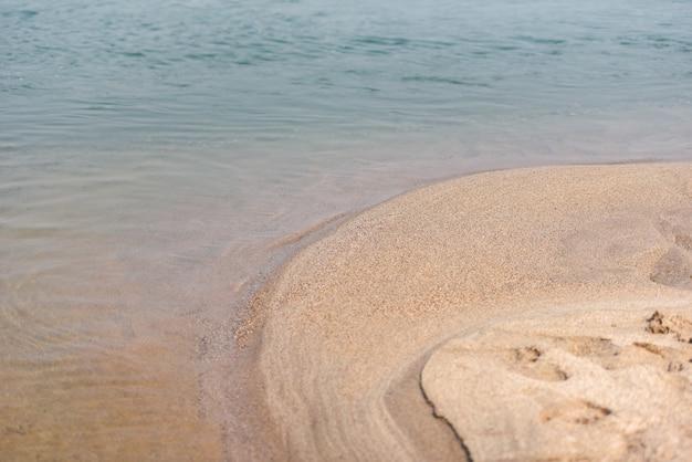 Strandmeer mit tropischem strand des blauen wassers der sandnatur an den sommerferien
