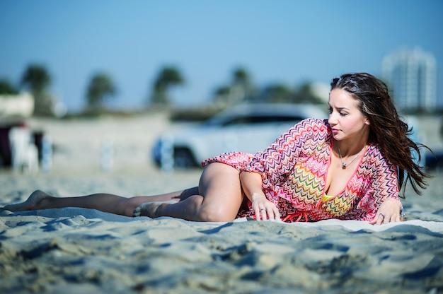Strandporträt der jungen schönen frau.