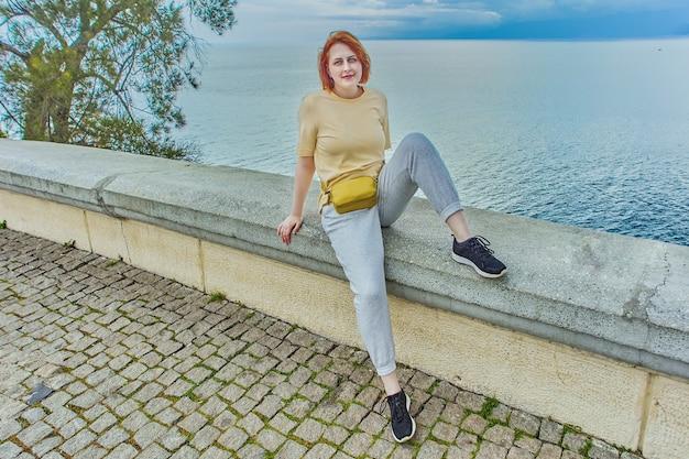 Strandpromenade in antalya junge weiße frau posiert auf brüstung