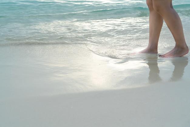 Strandreise - mädchen, das auf den weißen sandstrand geht, ferien und entspannen sich