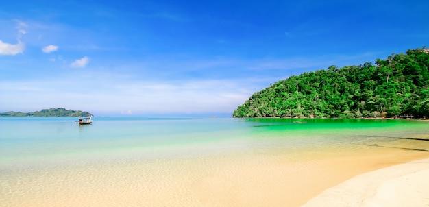 Strandsand mit blauem himmel