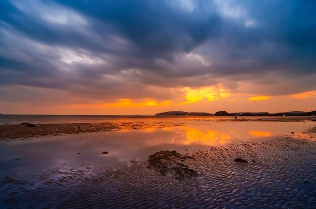 Strandseeabend bewölkt bei ao nang krabi, thailand