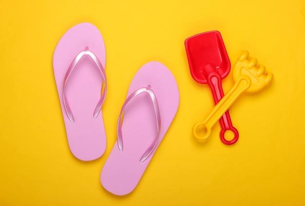 Strandspielzeug für kinder, flip flops auf gelb