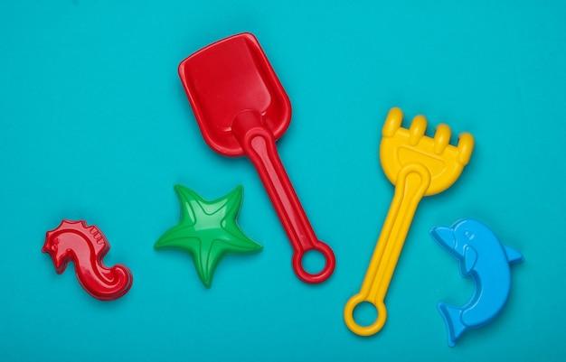 Strandspielzeug für kinder oder sandkastenspielzeug auf blau