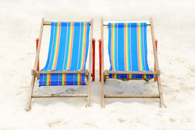 Strandstühle in hua-hin setzen, hua-hin, thailand auf den strand