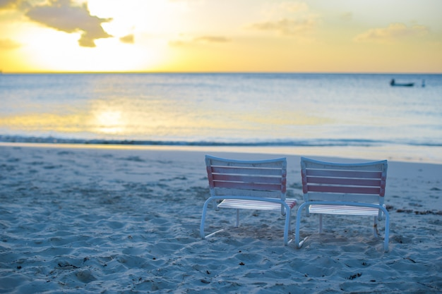 Strandstuhl zwei am karibischen erholungsort