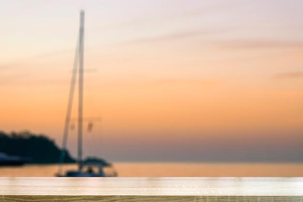 Strandtischhintergrund mit verschwommener landschaft