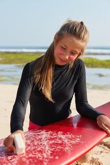 Strandurlaubskonzept. foto des schönen teenager-mädchens hat helles haar im pferdeschwanz gebunden