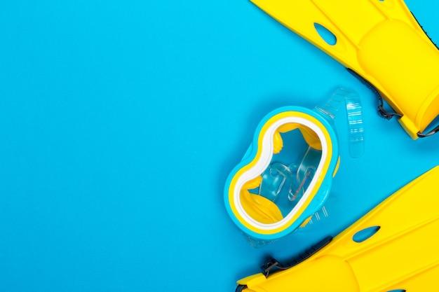 Strandzubehör auf farbhintergrund. ansicht von oben.