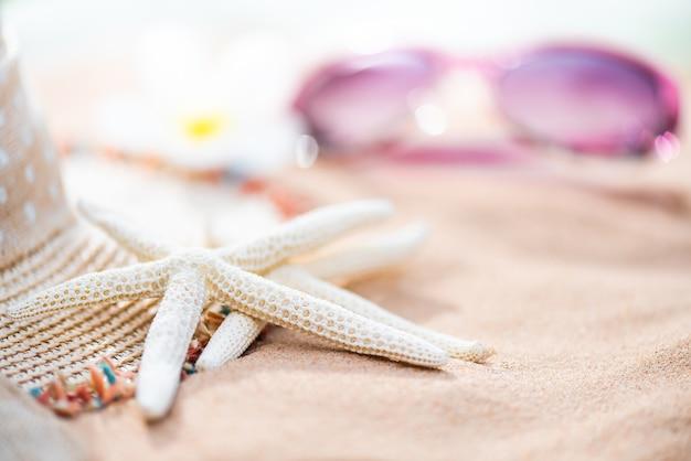 Strandzubehör auf sandy-strandhintergrund für sommerferien
