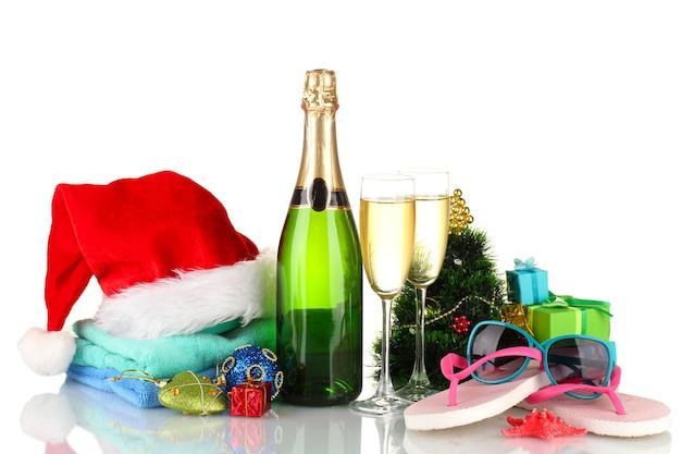 Strandzubehör champagner und weihnachtsbaum isoliert auf weiß