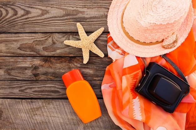 Strandzubehör der sommerfrauen für ihren seeurlaub