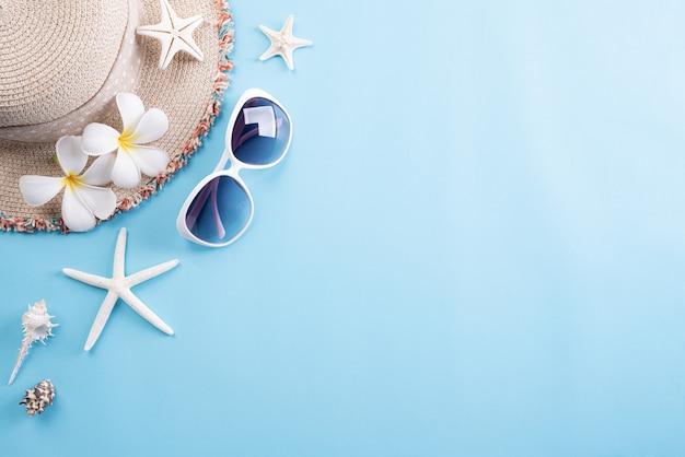 Strandzubehör für sommerferien und ferienhintergrund