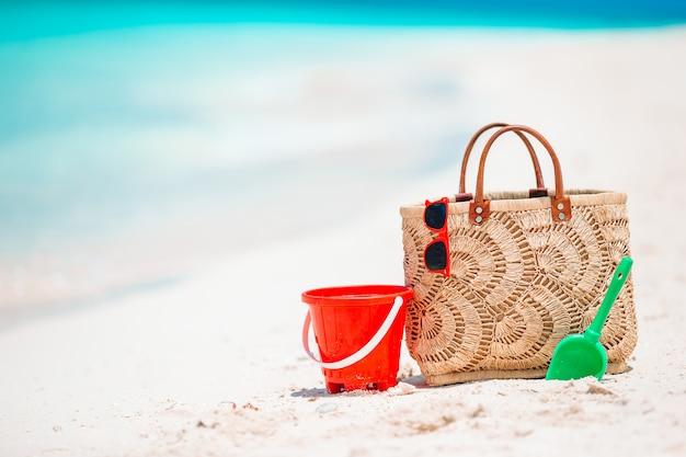 Strandzubehör - strohsack, hut und glas am strand