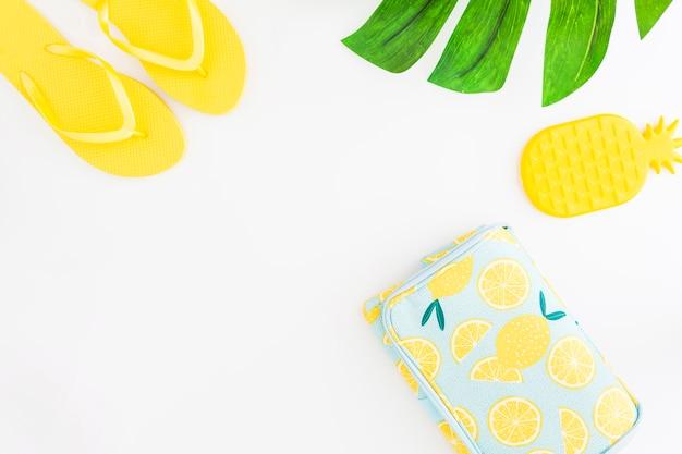 Strandzubehör und kinderspielzeug für tropischen sommerurlaub