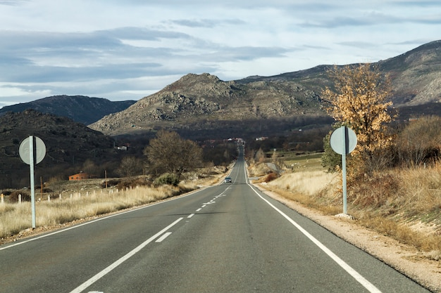 Straße am fuße des berges