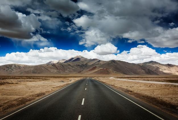 Straße auf ebenen im himalaya mit bergen