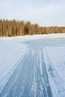 Straße auf gefrorenem fluss am wintermorgen
