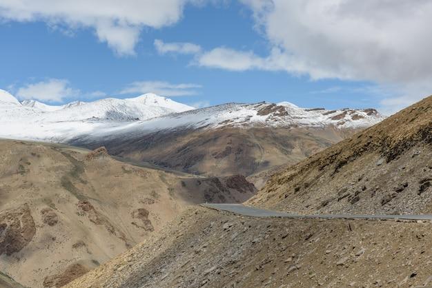 Straße der großen höhe auf himalaja-berg mit schneespitze
