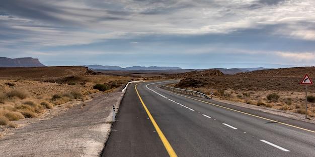 Straße, die durch wüste, makhtesh ramon, negev-wüste, israel überschreitet