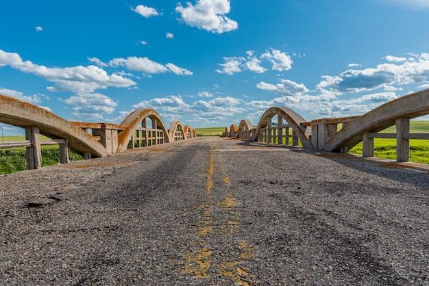 Straße, die nirgendwo über historischer betonbrücke in scotsguard, sk führt
