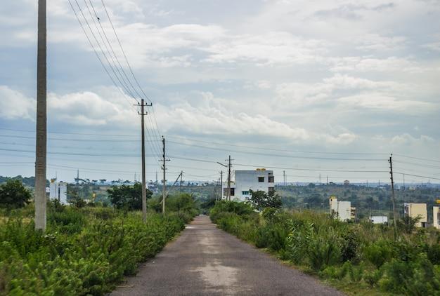 Straße, die zu einer stadt führt