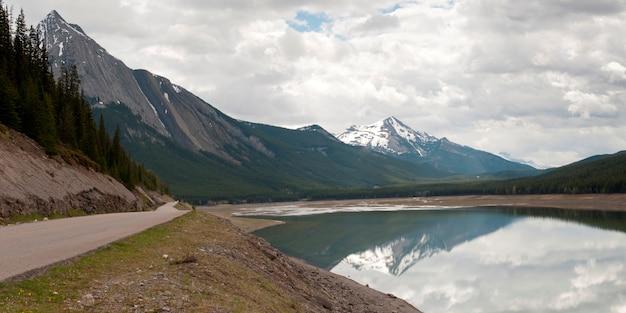 Straße entlang dem medizin-see, jasper national park, alberta, kanada