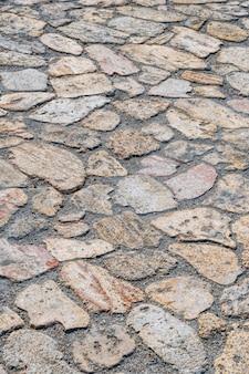 Straße gepflastert von wilden pflastersteinen verschiedener formen muster